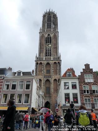 """ยอดโบสถ์สูงตระหง่านกลางเมือง(ถ่ายมุมนี้ตลอด) หน้ากล้องมัวไปแล้วเพราะโดนน้ำฝน -_-"""""""
